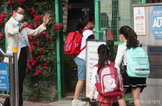 [사진]등교하는 학생들