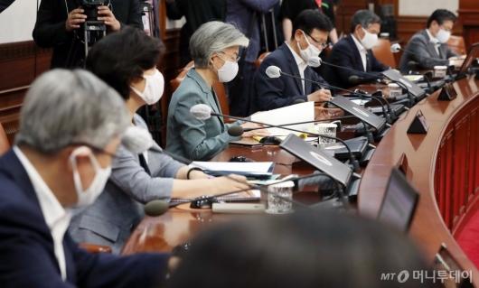 [사진]정 총리 모두발언 듣는 국무위원들