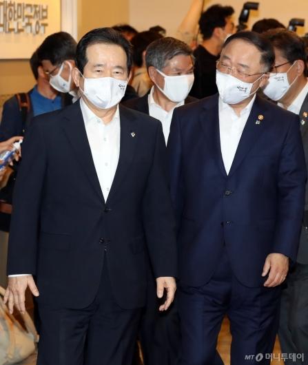 [사진]임시 국무회의 참석하는 정세균 총리-홍남기 부총리