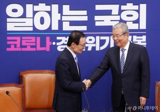 [사진]손잡은 이해찬-김종인