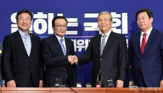 [사진]손잡는 이해찬-김종인