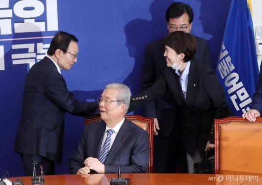 [사진]통합당 지도부와 인사하는 이해찬