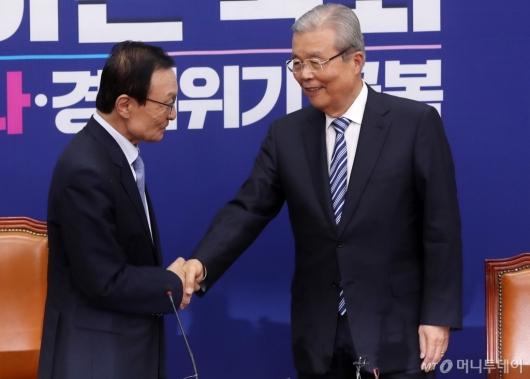 [사진]악수하는 이해찬-김종인