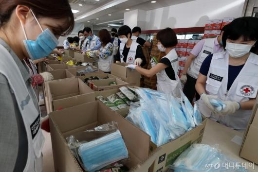 [사진]대한적십자사, 재난 취약계층 비상식량 포장
