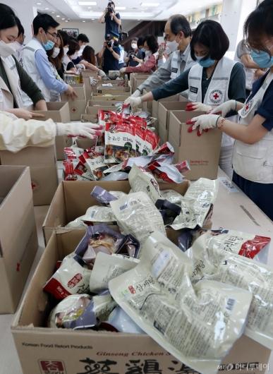 [사진]코로나19 대응 취약계층 위한 비상식량 포장