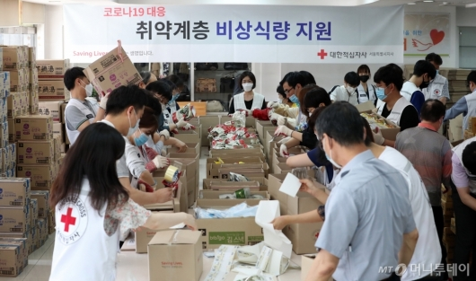 [사진]대한적십자사, 코로나19 대응 취약계층 비상식량 포장