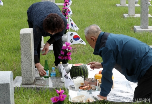 [사진]현충원 묘역 찾은 참배객들