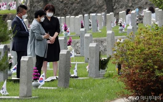 [사진]묘역 앞 묵념