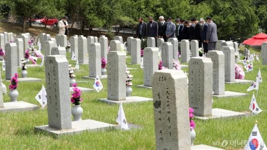 [사진]묘역 앞 묵념하는 참배객