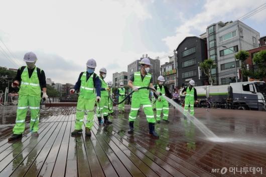 [사진]직원들과 함께 물청소하는 이승로 성북구청장