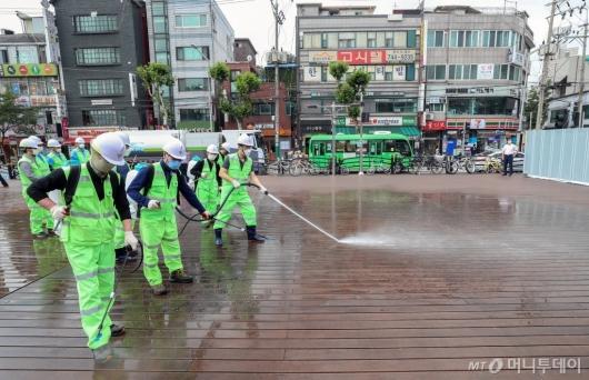 [사진]다중이용 장소 특별 물청소 실시하는 성북구