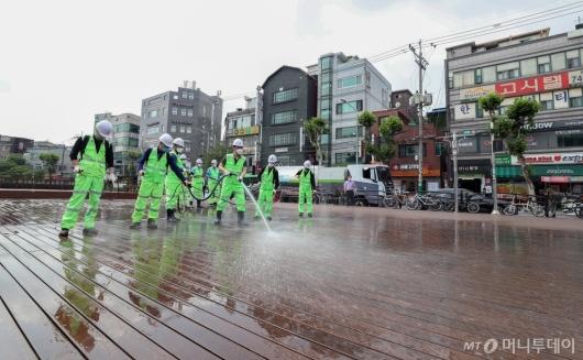 [사진]성북구, 코로나19 극복 위한 물청소 실시