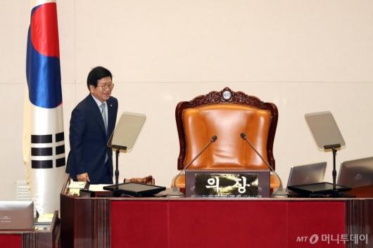 [사진]자리 향하는 박병석 신임 국회의장