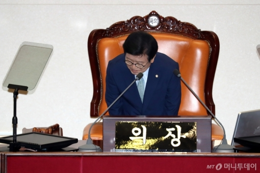 [사진]인사하는 박병석 신임 국회의장