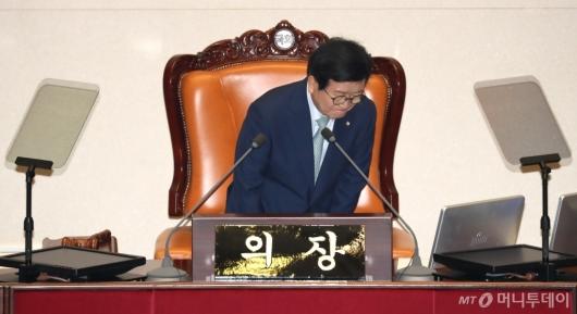 [사진]인사하는 박병석 국회의장