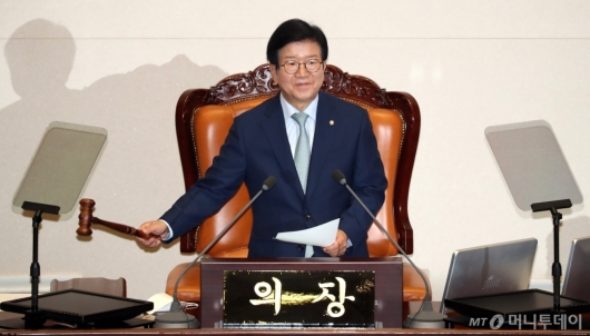 [사진]의사봉 두드리는 박병석 신임 국회의장