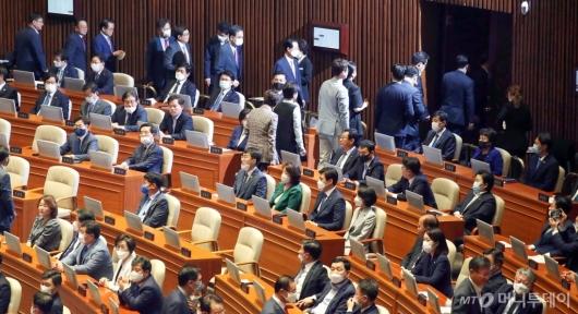 [사진]본회의장 나서는 미래통합당 의원들