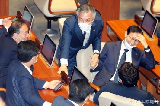 [사진]동료 의원들과 이야기하는 최강욱 대표
