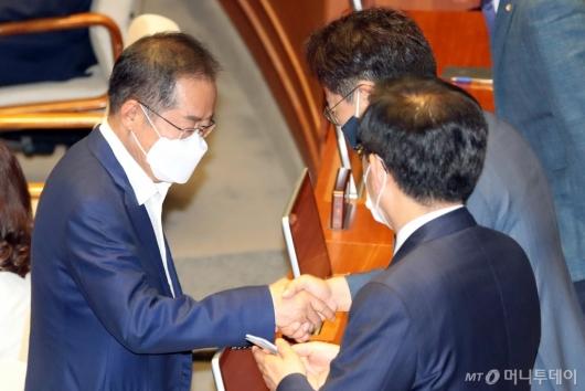 [사진]21대 국회 첫 본회의 참석한 홍준표
