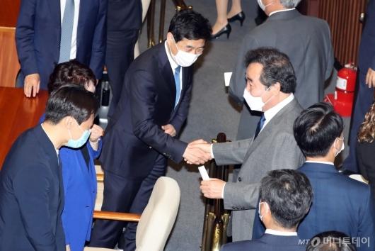 [사진]동료 의원들과 인사하는 이낙연