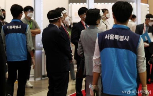 [사진]페이스 쉴드 착용한 참석자들