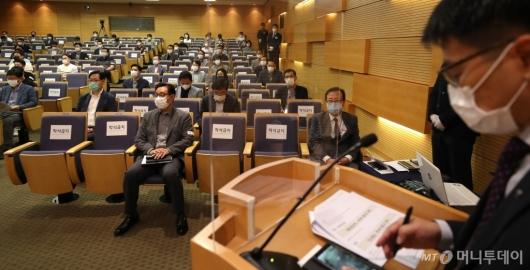 [사진]마스크 쓴 주주총회 참석자들