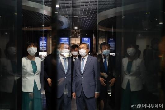 [사진]헌법재판소 전시관 둘러보는 유남석 헌재소장과 재판관들