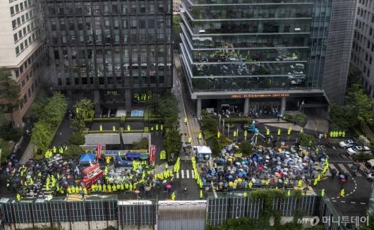 [사진]28년만에 자리 옮긴 수요집회와 맞불집회
