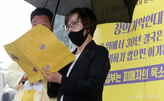 [사진]자리 옮긴 수요집회서 발언하는 이나영 이사장