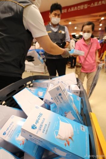 [사진]이마트, 개당 500원 '비말 차단용 마스크' 판매