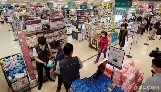 [사진]비말 마스크 구매하는 시민들