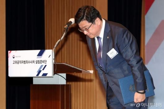 [사진]인사하는 이찬희 대한변호사협회장