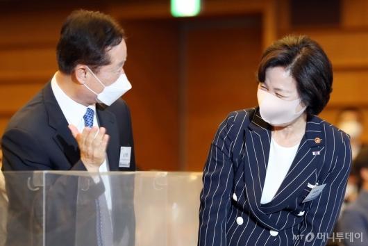 [사진]이야기하는 추미애 장관-남기명 단장