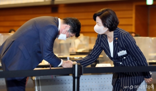 [사진]악수하는 추미애 장관-이찬희 회장