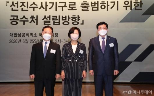 [사진]기념촬영하는 추미애-남기명-이찬희