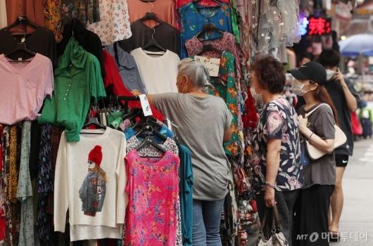 [사진]동행세일 첫날, 물건 구입하는 시민들