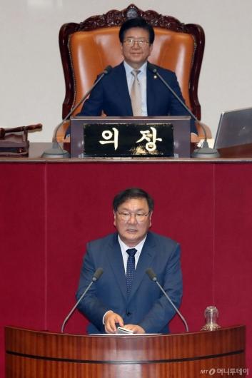 [사진]당선인사하는 김태년 국회 운영위원장