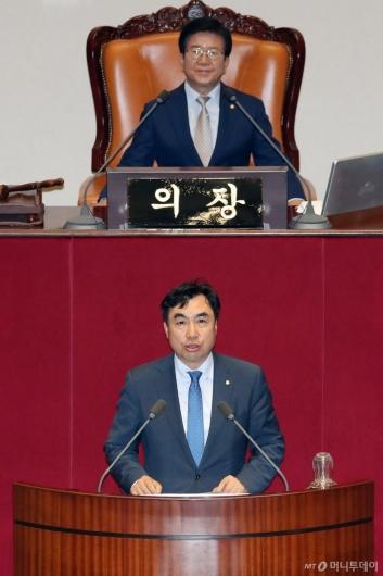 [사진]당선인사하는 윤관석 국회 정무위원장