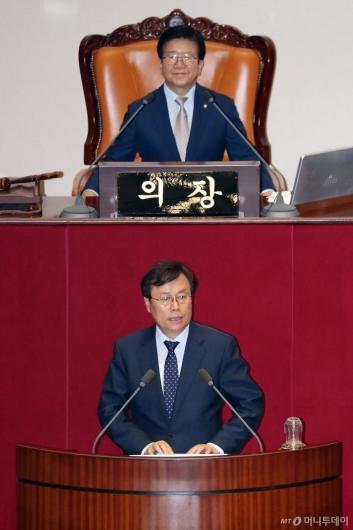 [사진]당선인사하는 도종환 국회 문광위원장