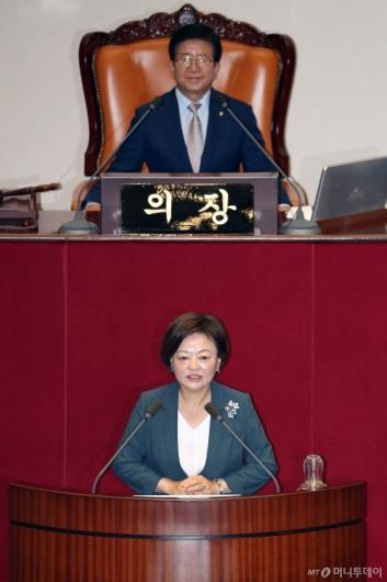 [사진]당선인사하는 진선미 국회 국토위원장