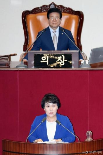 [사진]당선인사하는 정춘숙 국회 여가위원장