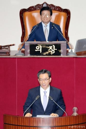 [사진]당선인사하는 정성호 국회 예결위원장