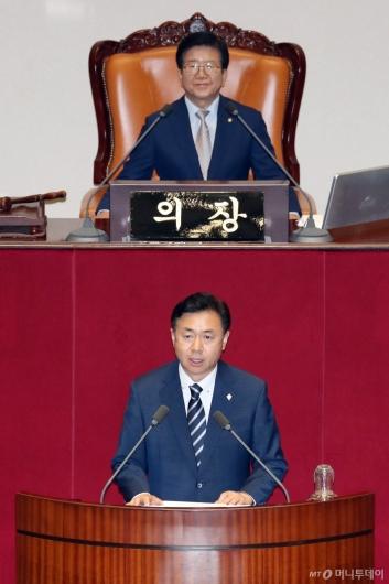 [사진]당선인사하는 김영춘 국회 사무총장