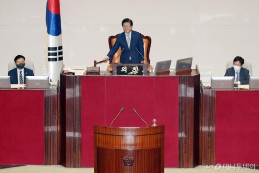 [사진]의사봉 두드리는 박병석 국회의장