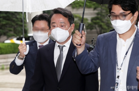 [사진]영장심사 출석하는 이웅열 전 코오롱 회장