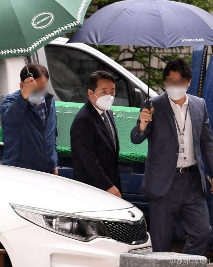[사진]영장실질심사 출석하는 이웅열 전 회장