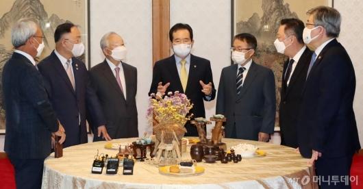 [사진]노사정 대표들과 대화하는 정세균 총리