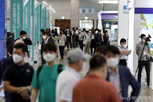 [사진]부스 둘러보는 관람객들