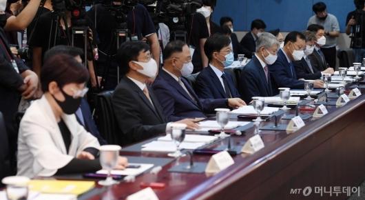 [사진]모두발언 경청하는 수소경제 위원들