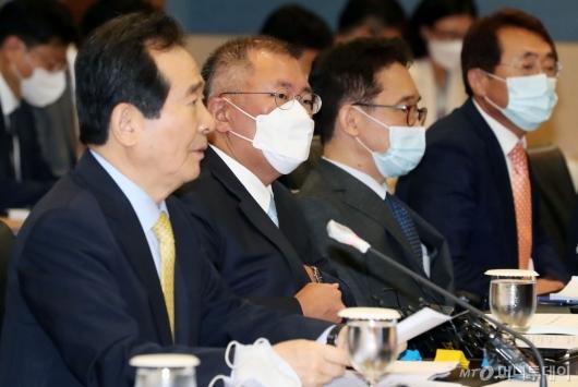[사진]정세균 총리 모두발언 듣는 정의선 부회장